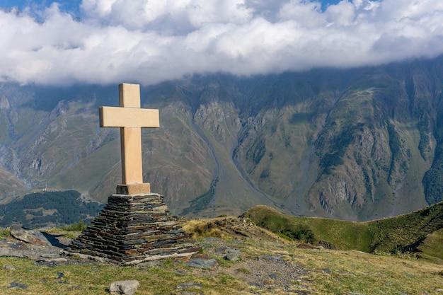 Géorgie. ancienne croix chrétienne géorgienne au sommet d'une montagne. attractions touristiques géorgiennes