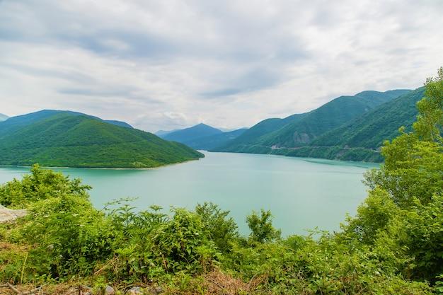 Géorgie, tbilissi. grand réservoir. lac au petit pois.