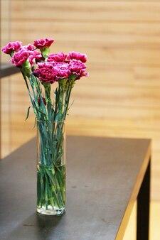 Gerbera rose ou fleurs de marguerite barberton dans le vase en verre
