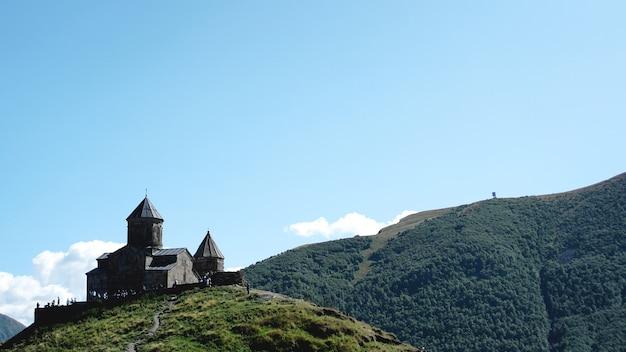Gergeti trinity church tsminda sameba , holy trinity church près du village de gergeti en géorgie, sous le mont kazbegi