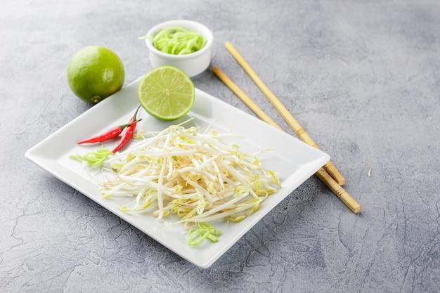 Germes de soja dans une assiette blanche.