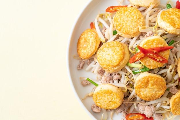 Germes de soja sautés, tofu aux œufs et porc haché - cuisine asiatique
