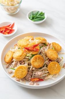 Germes de soja sautés, tofu aux œufs et porc haché, style asiatique