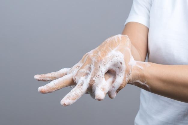 Geste d'une femme qui se lave les mains à l'étape 2