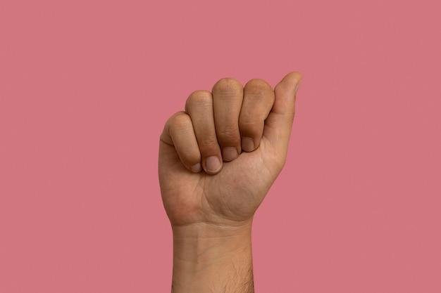 Geste de langue des signes isolé sur rose