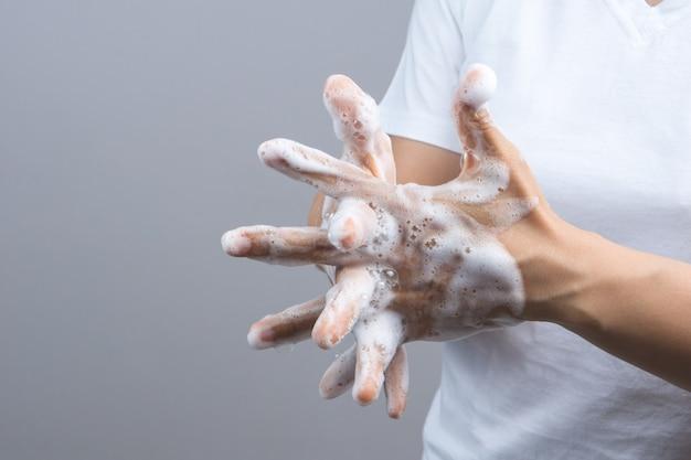 Geste d'une main de femme se lavant les mains à l'étape 3