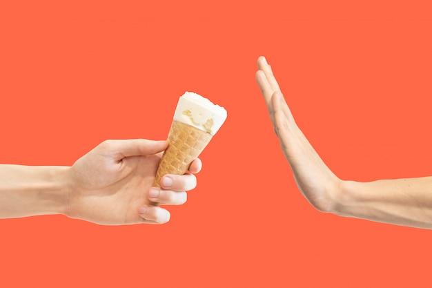 Geste de la main pour rejeter la proposition de manger de la glace au lait