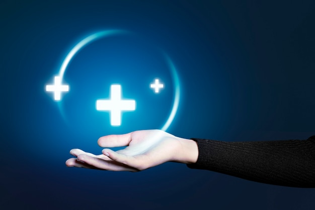 Geste de la main présentant un hologramme de technologie médicale