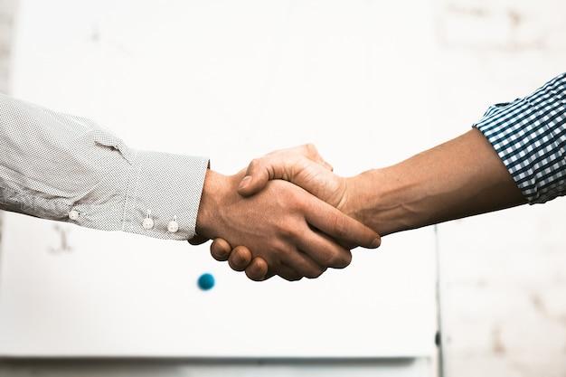 Geste de salutation, poignée de main des gens d'affaires