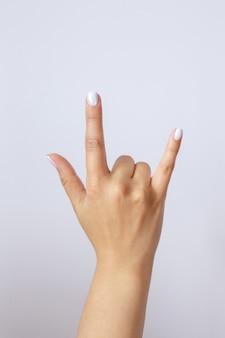 Geste et signe, main sur blanc. main montrant rock