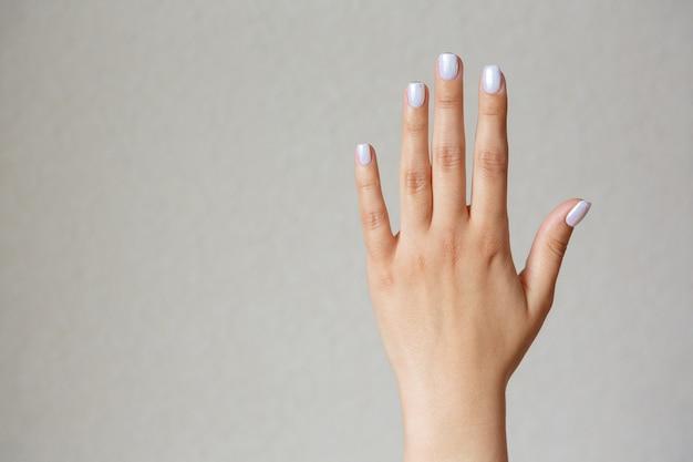 Geste et signe, main féminine montrant l'arrêt sur la lumière. espace vide pour le texte