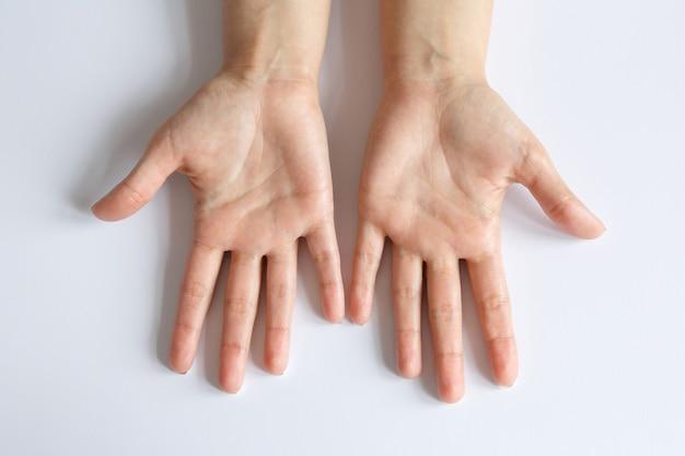 Geste et signe. paumes vides sur blanc. deux bras