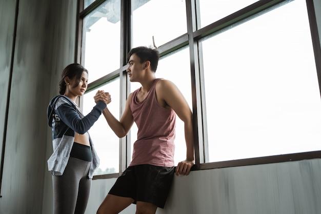 Geste de sport serrer la main dans la salle de gym
