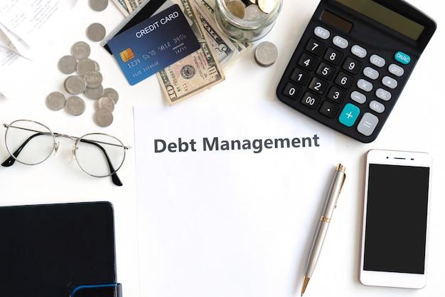Gestion de la dette écrite sur un papier sur le bureau