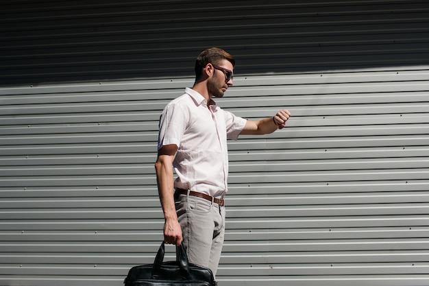 Gestion du temps réussie. l'homme d'affaires est dans les temps pour vérifier sa montre. en attente de rencontrer un partenaire qui est en retard concept