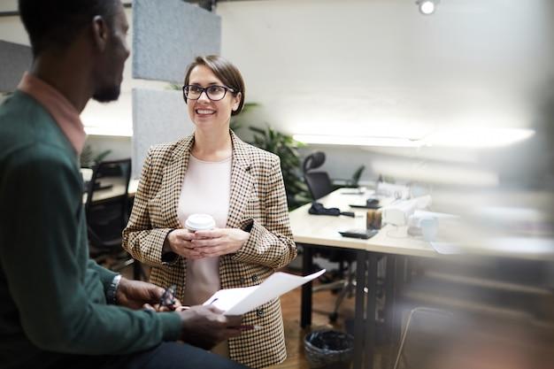 Gestionnaire d'affaires souriant parler à l'employé