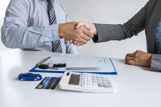 Gestionnaire d'agent immobilier serrant la main d'un client