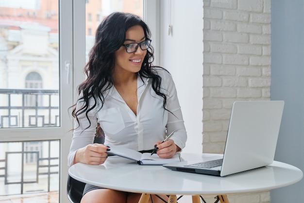 Gestionnaire de beauté belle femme d'affaires travaillant au bureau à l'ordinateur portable