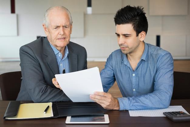 Gestionnaire ciblé présentant un document à un collègue supérieur