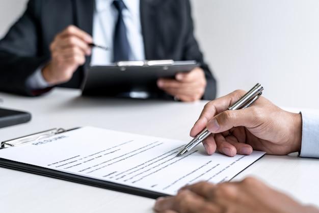 Gestionnaire de comité senior lisant un cv lors d'un entretien d'embauche