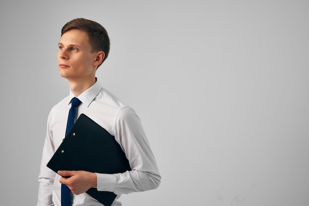 Gestionnaire avec des documents en mains bureau d'entrepreneur de travail professionnel