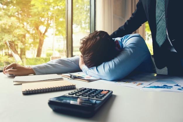 Le gestionnaire encourage et parle avec un homme d'affaires qui a des liens et du stress à propos du travail professionnel, chef positif. concept d'encouragement