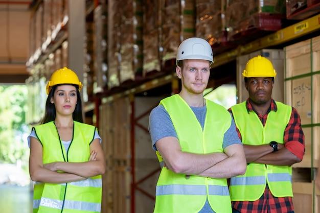 Gestionnaire d'entrepôt et contremaître travaillant ensemble dans un grand entrepôt