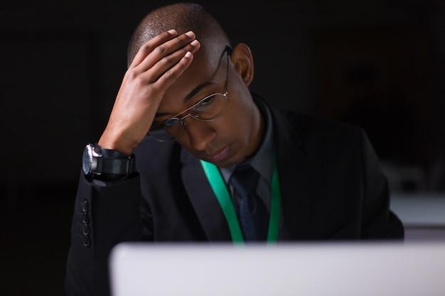 Gestionnaire fatigué travaillant au bureau tard dans la nuit