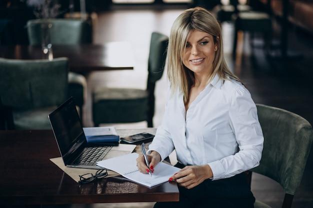 Gestionnaire féminin avec documents de dossier