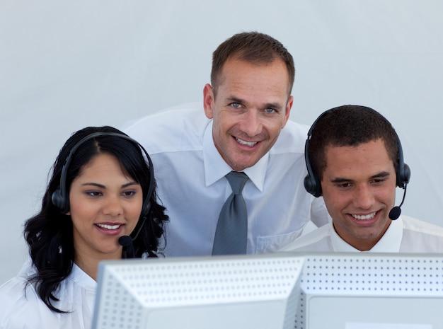 Gestionnaire et les gens d'affaires dans un appel canter