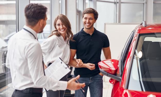 Gestionnaire masculin vendant une voiture à un couple