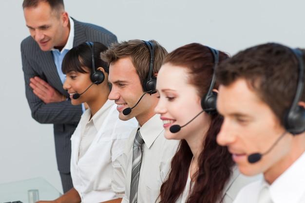 Gestionnaire parlant à son équipe dans un centre d'appels