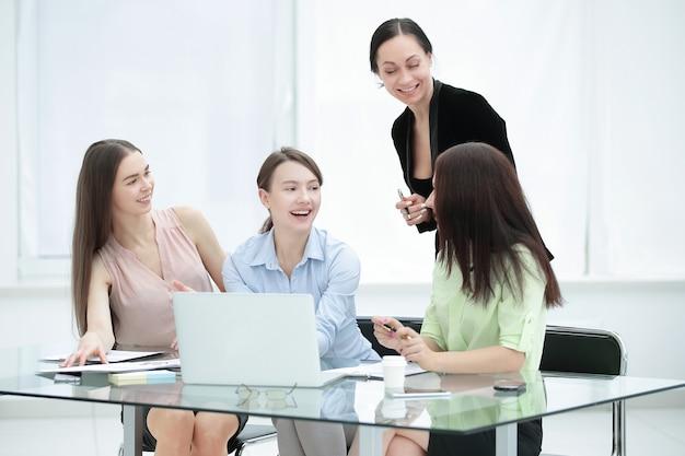 Gestionnaire principal et personnel pour discuter de nouvelles idées