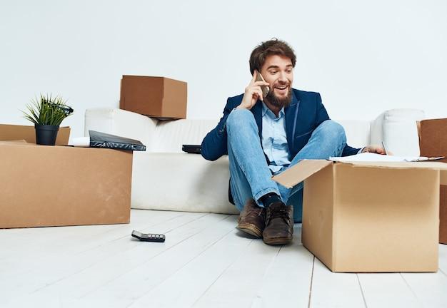 Gestionnaire avec professionnel du déménagement de bureau de boîtes en carton