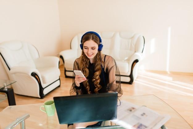 Gestionnaire professionnelle utilisant un ordinateur portable, femme d'affaires travaillant à domicile via un ordinateur portable