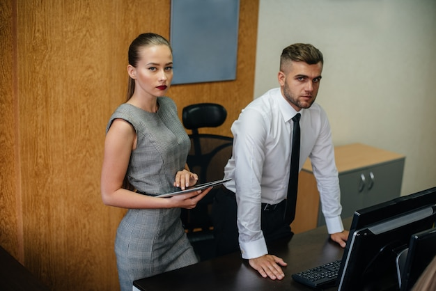 Le gestionnaire et son assistant discutent de nouveaux plans et tâches. affaires, finance