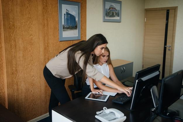 La gestionnaire et son assistante discutent de nouveaux plans et tâches. affaires, finance
