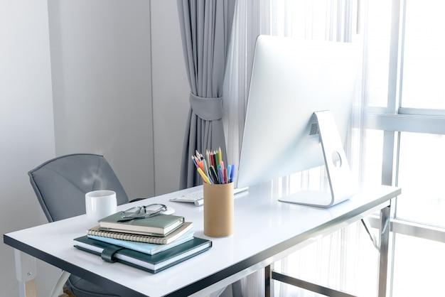 Gestionnaire table avec ordinateur de bureau et notes professionnelles