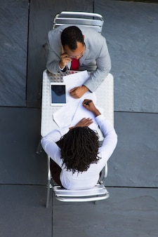 Gestionnaires afro-américains travaillant avec des documents