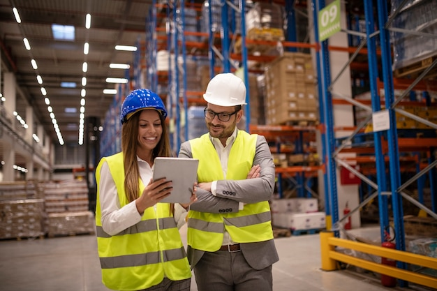 Gestionnaires contrôlant la distribution et vérifiant les stocks dans l'entrepôt
