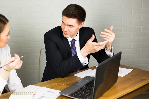 Gestionnaires discutant des idées d'affaires lors de la réunion