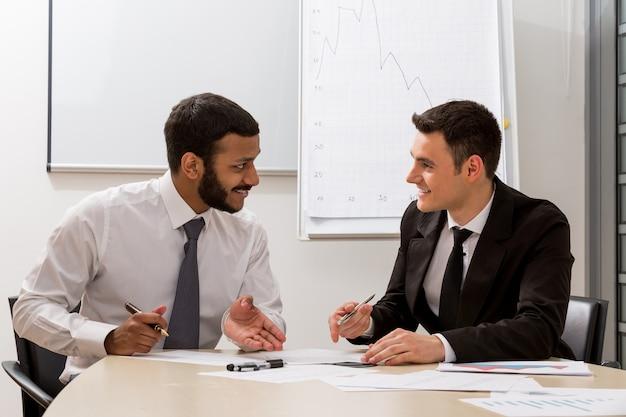 Les gestionnaires discutent des partenaires de projets à grande échelle dans les négociations