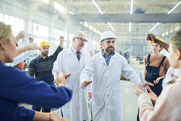 Des gestionnaires discutent avec des travailleurs en colère