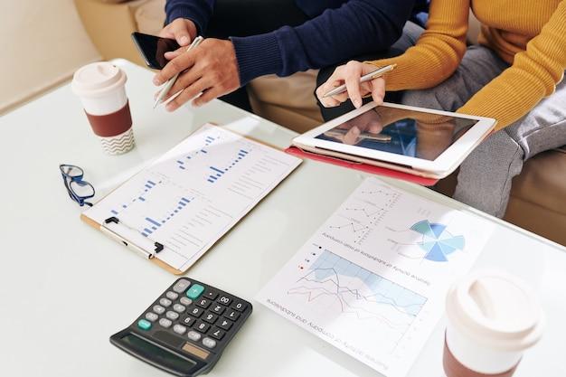Gestionnaires financiers discutant des rapports