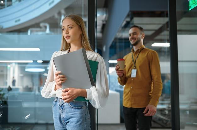 Gestionnaires masculins et féminins, réunion au bureau informatique