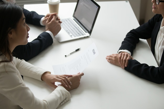 Les gestionnaires des ressources humaines interviewant le demandeur d'emploi