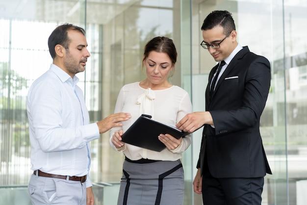 Les gestionnaires souriants lisant les instructions de travail