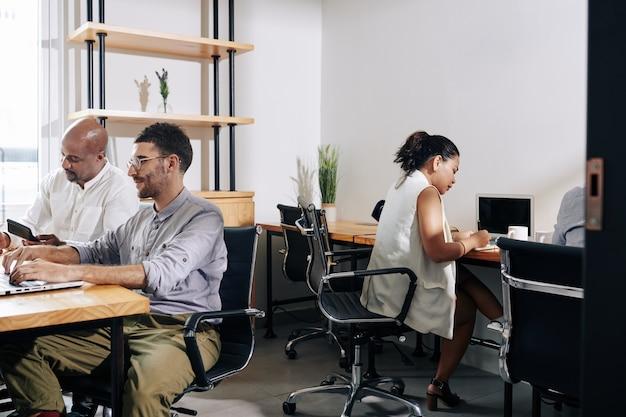Gestionnaires travaillant dans un bureau moderne