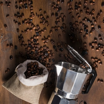 Geyser cafetière et sac avec grains dispersés