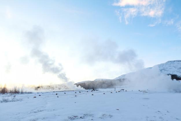 Un geyser montant en flèche dans la vallée des geysers. magnifique islande en hiver